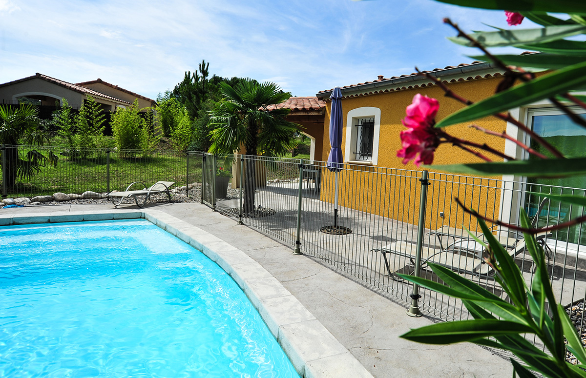 Location de villas sampzon blue hills r sidence for Residence vacances ardeche avec piscine